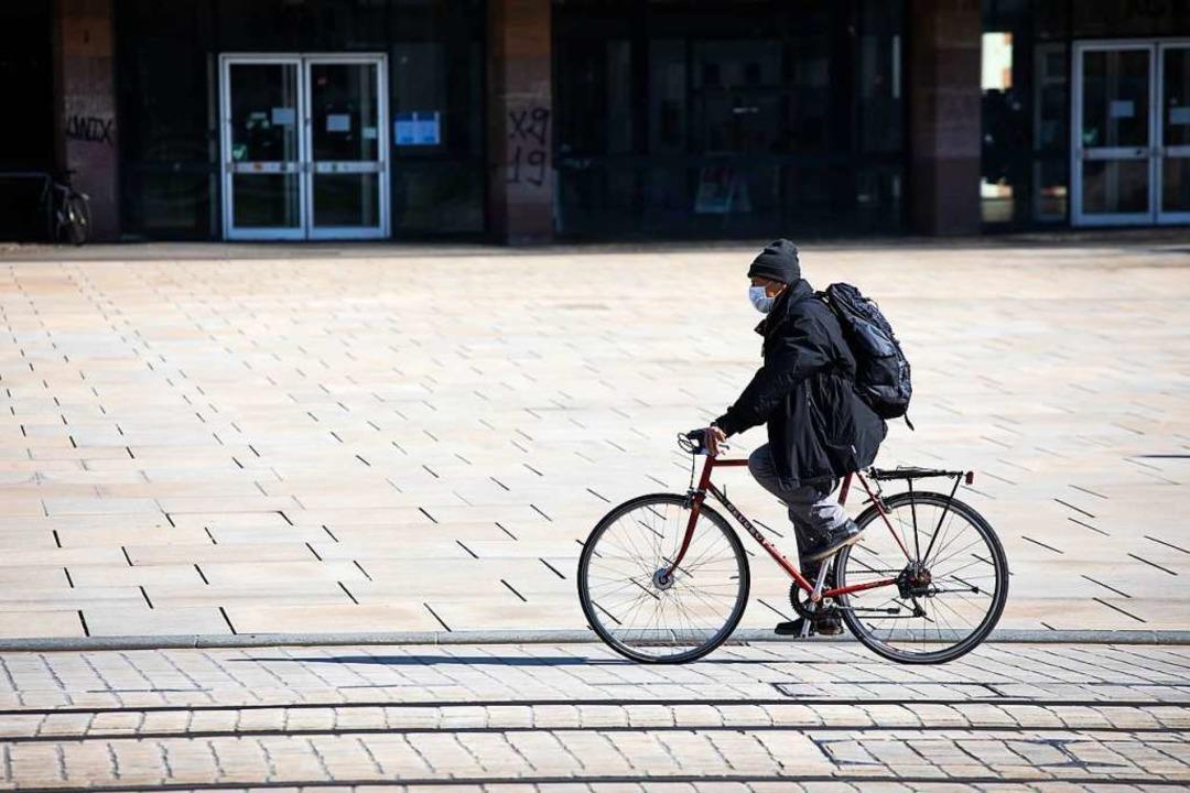 Ein Radfahrer auf dem Platz der Alten Synagoge in Freiburg.  | Foto: Philipp von Ditfurth (dpa)