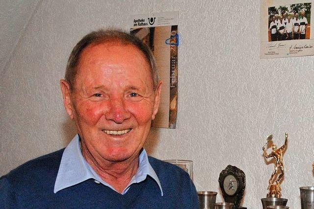 Mit 79 Jahren sitzt dieser Weiler noch immer als Schiedsrichter am Netz