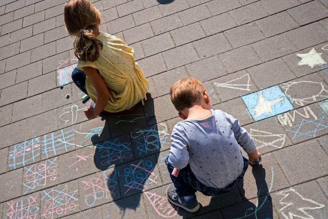 Wie sind die aktuellen Regeln in der C... einem gemeinschaftlichen Hof spielen?    Foto: Frank Rumpenhorst (dpa)