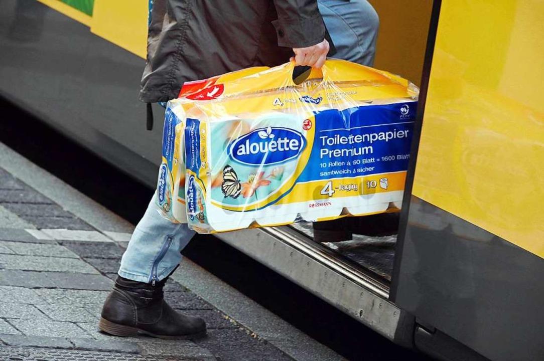 Da ist was in Gang geraten: Mit der Ve...pier als ihre begehrteste Hamsterware.  | Foto: Uli Deck (dpa)