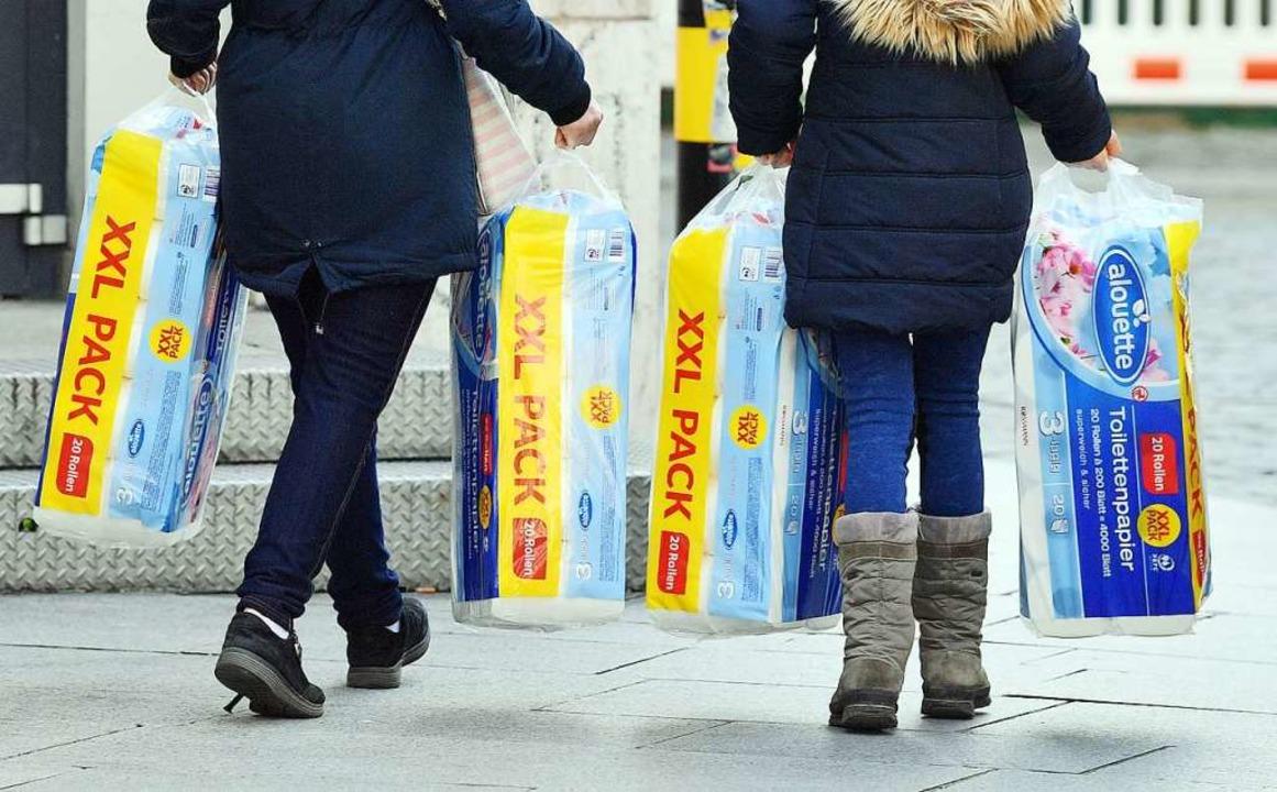 Da ist was in Gang geraten: Mit der Ve...pier als ihre begehrteste Hamsterware.  | Foto: Hendrik Schmidt (dpa)