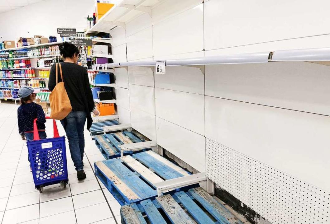 In vielen Supermärkten sind die Regale leergefegt.  | Foto: Bodo Marks (dpa)