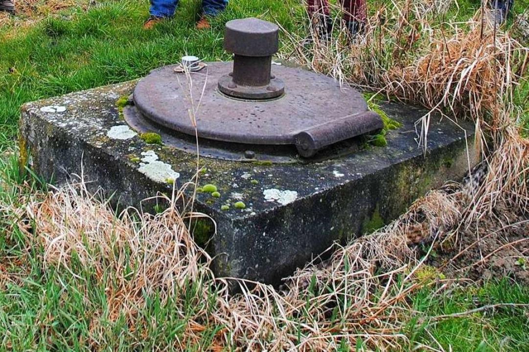 In solchen, mit einem Eisendeckel vers...llfassungen im Grundwasser zugänglich.    Foto: Manfred Frietsch