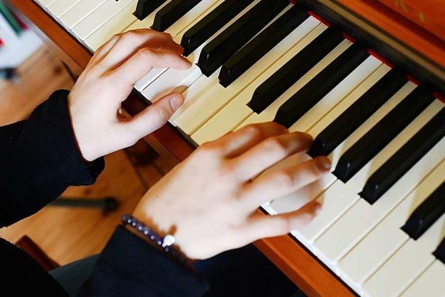 Nils Petersen bringt sich Klavierspielen bei