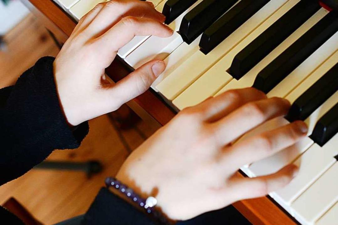 Irgendwas muss man schließlich tun mit...t ein Instrument lernen? (Symbolbild).  | Foto: Jens Kalaene