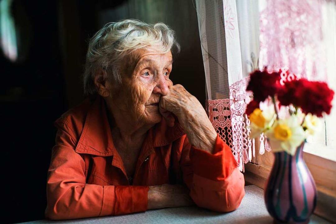 Vergebliches Warten: Derzeit dürfen Pflegeheimbewohner keine Besucher empfangen.  | Foto: De Visu - stock.adobe.com