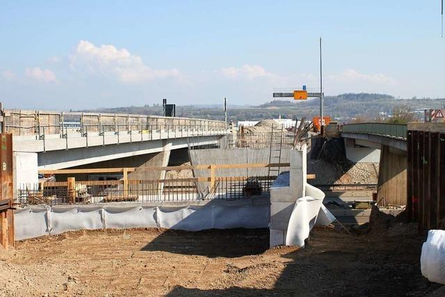 Die Brücke über die Autobahn bei Rust wird fertig, kann aber nicht getestet werden