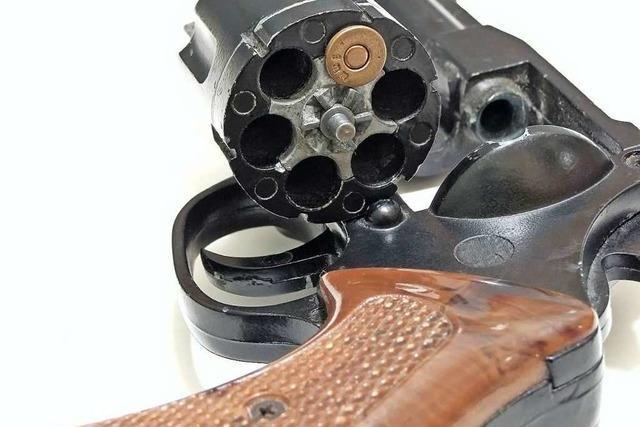 Mann schießt in Hasel mit einem Revolver um sich