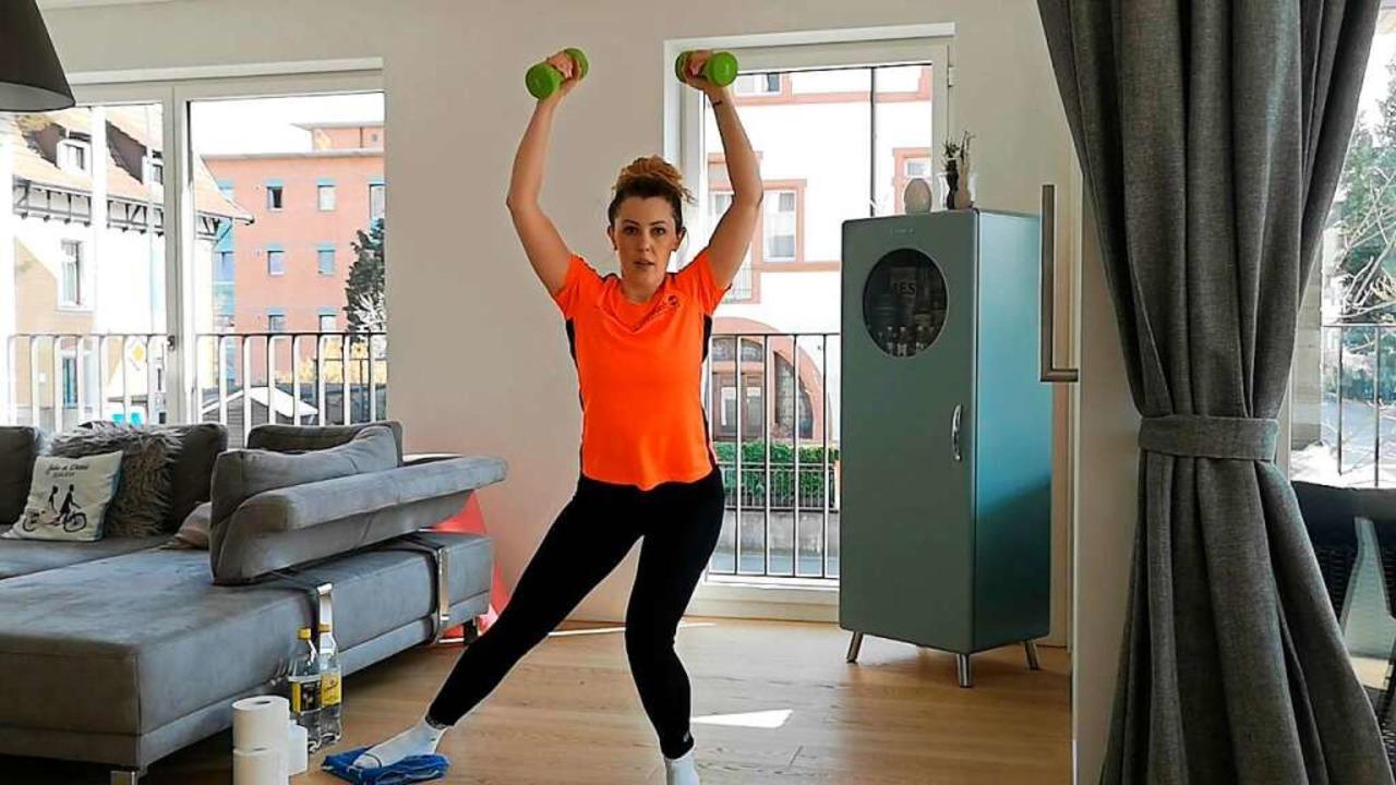 Julia Grether von der Skizunft zeigt Übungen für daheim.  | Foto: Skizunft Rheinfelden