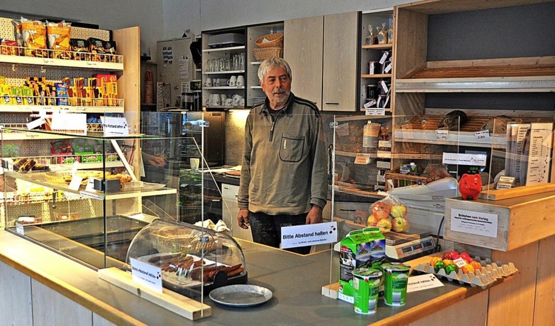 Uli Wüst, Gründer des Dorfladens Grune...h immer noch selbst hinter der Kasse.   | Foto: Rainer Ruther
