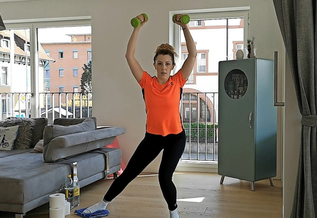 Julia Grether zeigt Übungen für daheim.  | Foto: Skizunft Rheinfelden