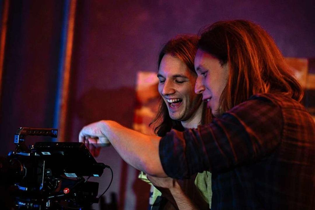 Maik und Pirmin Styrnol (von links) begutachten die Aufnahmen.  | Foto: Punchline Studios