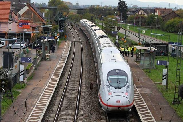 Frau läuft über die Bahngleise in Ringsheim – ICE muss Schnellbremsung einleiten