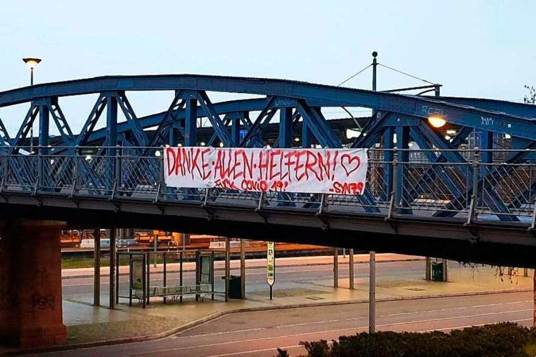 Das Banner an der Blauen Brücke war la...n. Deshalb musste es abgehängt werden.  | Foto: Synthesia Ultras 79