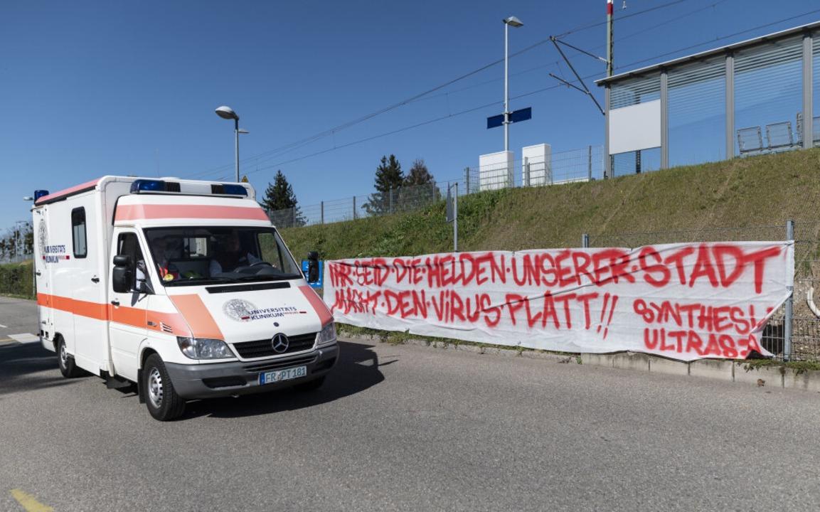 Das Banner an der Uniklinik hängt weiterhin.  | Foto: Patrick Seeger (dpa)