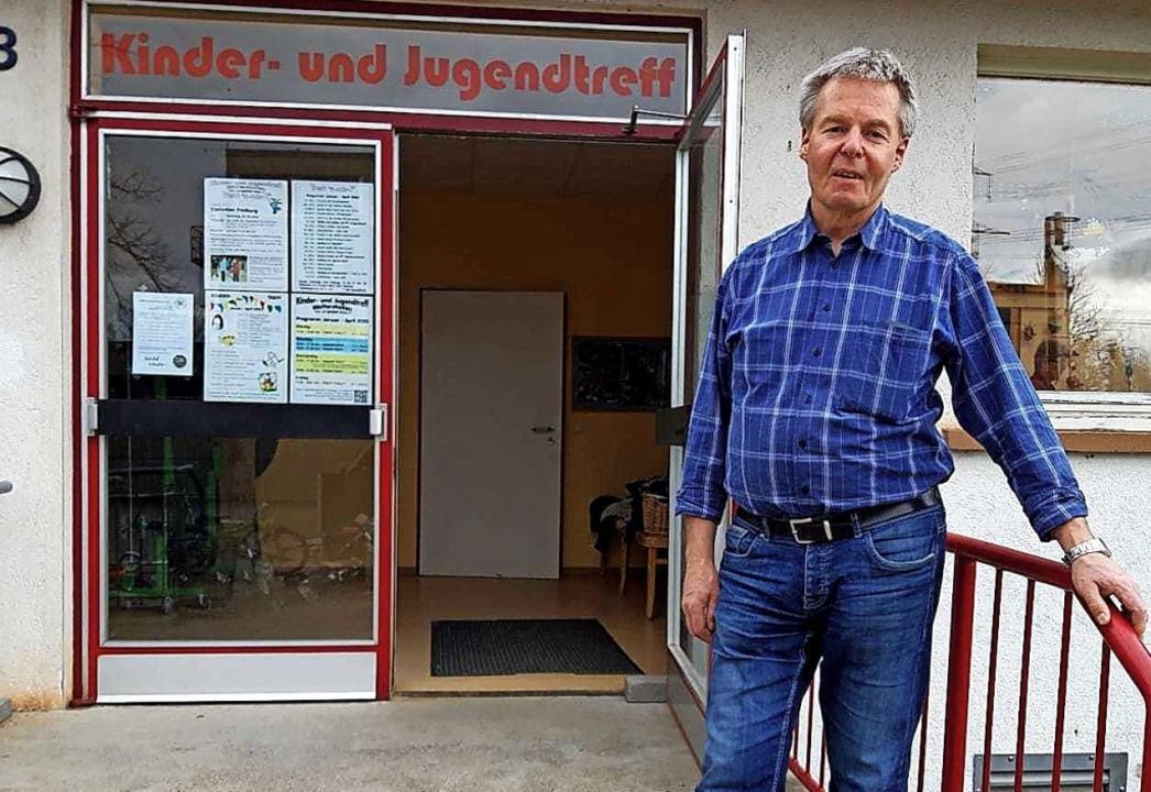 Johannes Fiedler vor dem Kinder- und Jugendtreff in Waltershofen  | Foto: Privat
