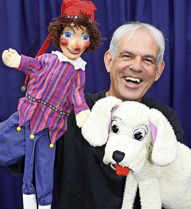 Puppenspieler Johannes Minuth mit Kaspar und Bello  | Foto: Privat