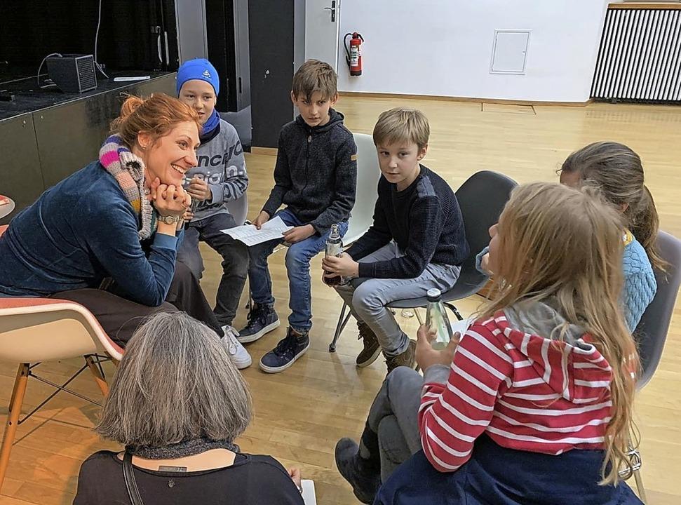 Die Zisch-Reporter hatten viele Fragen an Stefanie Höfler (links) mitgebracht.  | Foto: Sylvie Kaufhold