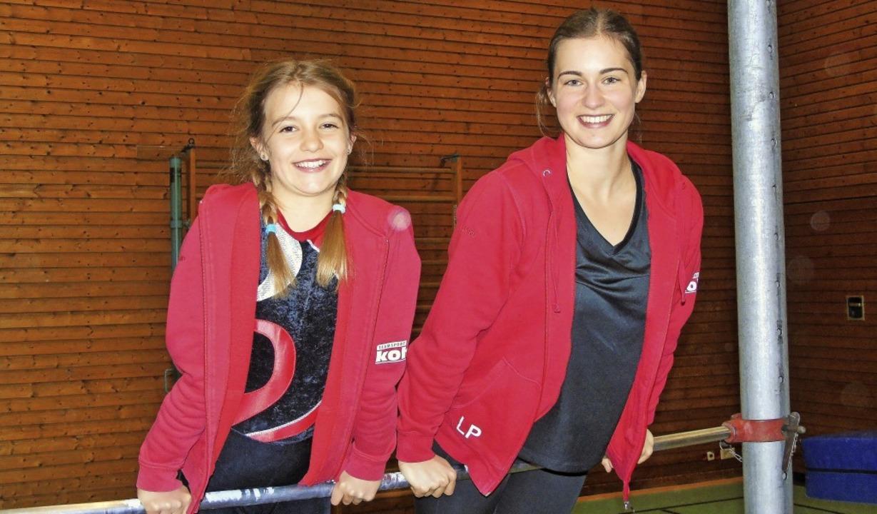 Katharina Meining mit ihrer Trainerin Lisa Palenga am Reck   | Foto: Privat