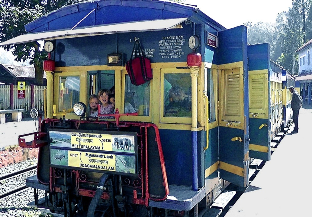 In diesem Zug fuhr Clementine (im Fens...tte) in Indien weit hoch in die Berge.    Foto: privat