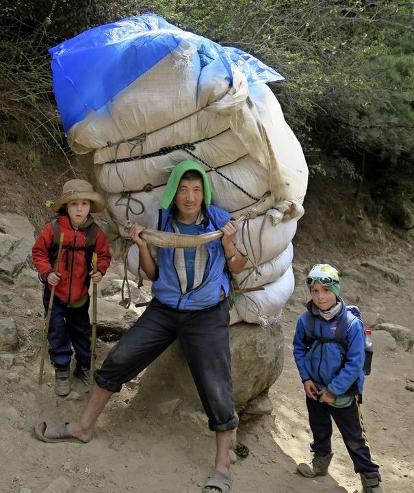 Der Sherpa auf diesem Bild trägt ungef...hen Paul (links) und sein Bruder Joe.   | Foto: Privat