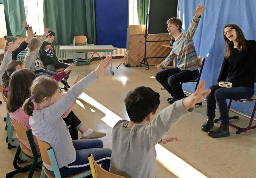 Die Schauspieler Sabine Flack und Phil... den Kindern der Johannes-Grundschule.  | Foto: privat