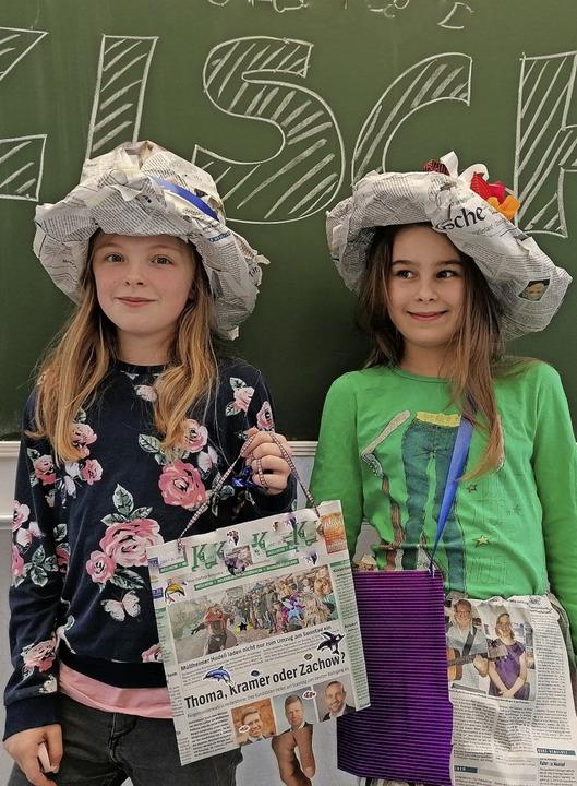 Audrina Just (links) und Matilda Menny im Zeitungsoutfit   | Foto: Privat