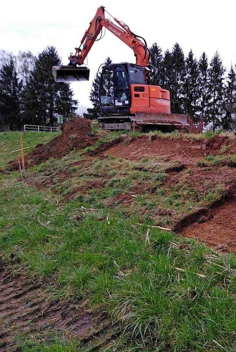 Auf einer bereits sanierten Fläche bei...rden die Grasstücke wieder eingesetzt.    Foto: Privat