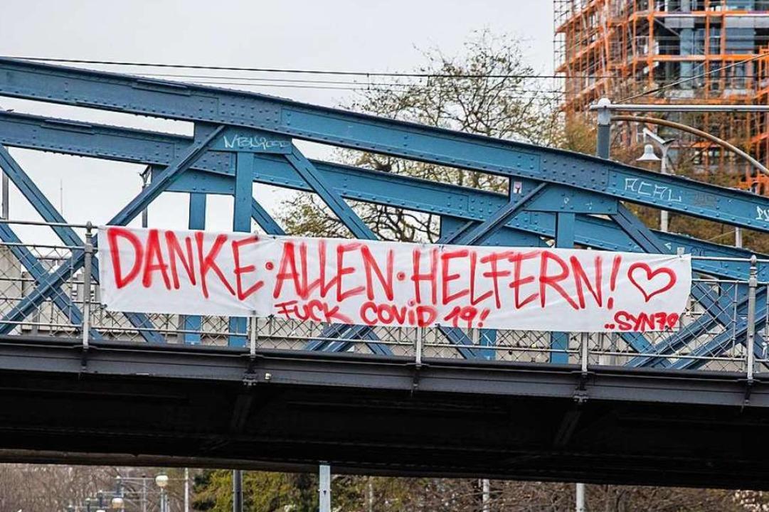 Um das Dankesbanner an der Freiburger ...inigen Aufruhr, nicht nur auf Twitter.  | Foto: Philipp von Ditfurth (dpa)
