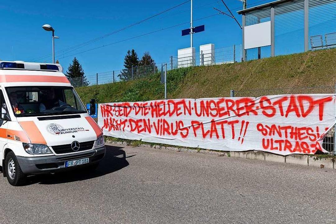 Dankesbanner bei der Uniklinik in Freiburg  | Foto: Patrick Seeger (dpa)