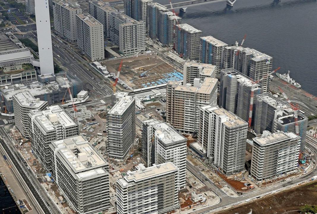 Die Bauarbeiten für das Olympische Dor...en bezogen werden kann, ist ungewiss.   | Foto: - (dpa)