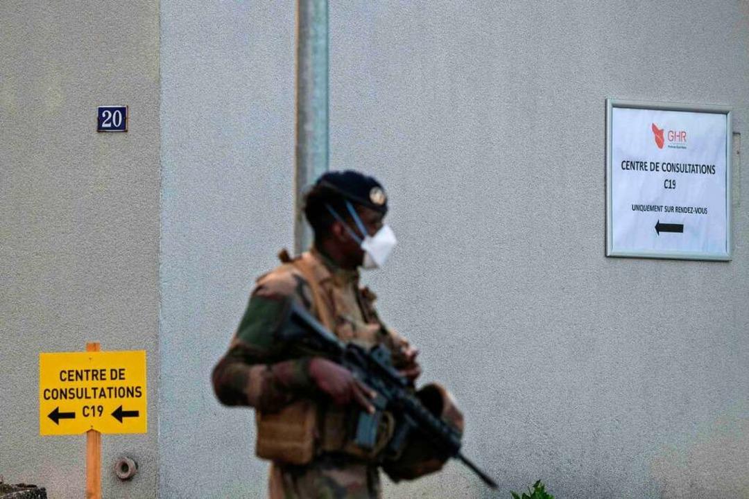 Eine Militärpatrouille in Mulhouse  | Foto: SEBASTIEN BOZON (AFP)