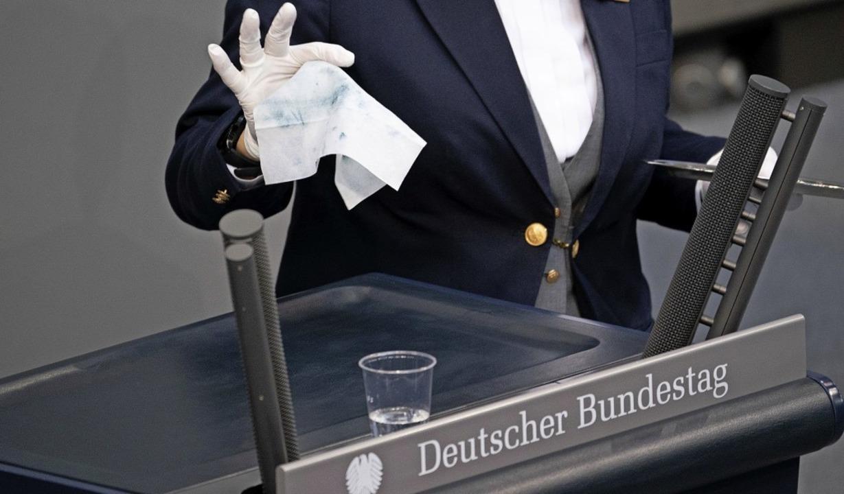 Seuchenschutz gilt auch im Bundestag: ...das Rednerpult nach jedem Wortbeitrag.  | Foto: Michael Kappeler (dpa)