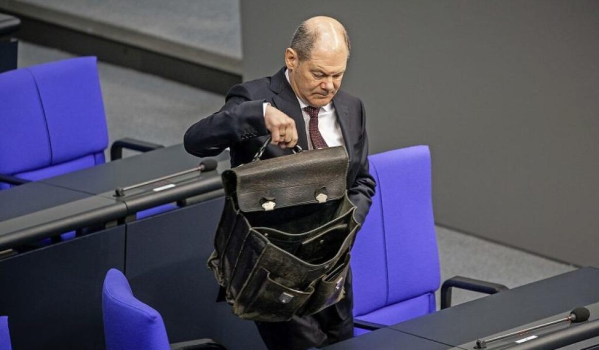 Der Finanzminister vor der  denkwürdig...estagssitzung mit seiner Aktentasche    | Foto: Michael Kappeler (dpa)