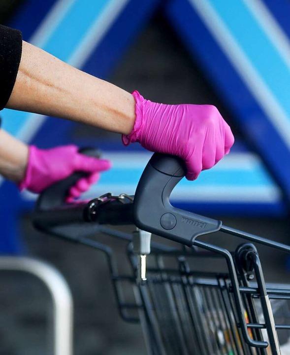 Einkaufshilfen werden in den südlichen...e müssen sich vor dem Virus schützen.     Foto: Roland Weihrauch (dpa)