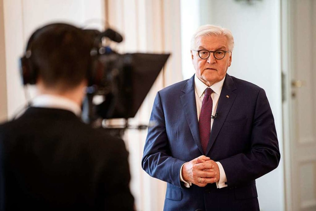 """Abstand halten ist das Gebot de...undespräsident Frank-Walter Steinmeier    Foto: Guido Bergmann (dpa)"