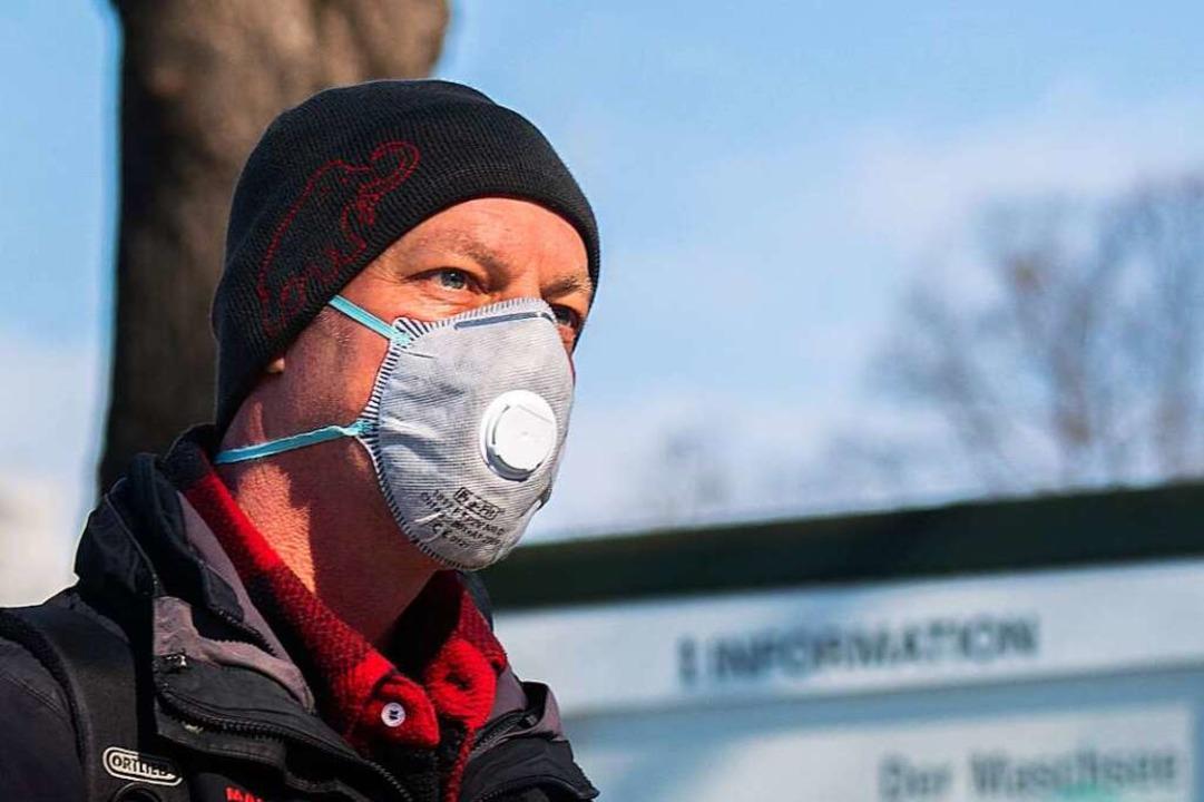 Ein Mann mit Atemschutzmaske in Hannov...dazu bringen, ihr Verhalten zu ändern.  | Foto: Julian Stratenschulte (dpa)