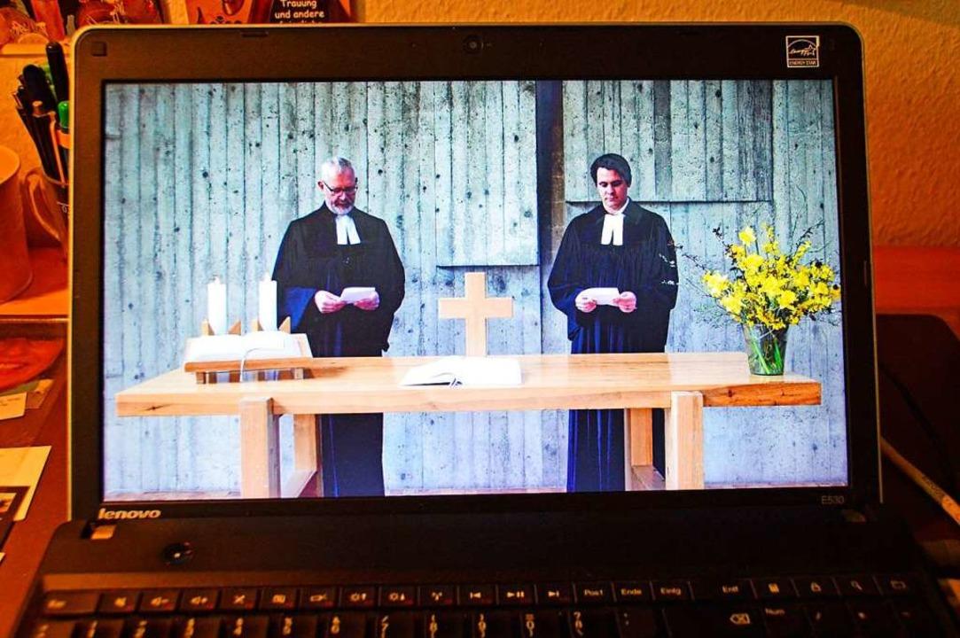 Die Pfarrer Philipp van Oorschot und Friedrich Geyer (links) auf Youtube.  | Foto: Gerd Lück