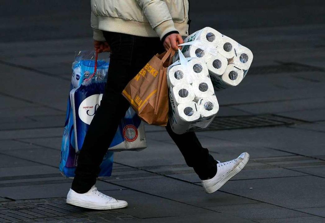 Toilettenpapier ist nach wie vor gefra...d in den Supermärkten oft ausverkauft.  | Foto: Helmut Fohringer (dpa)