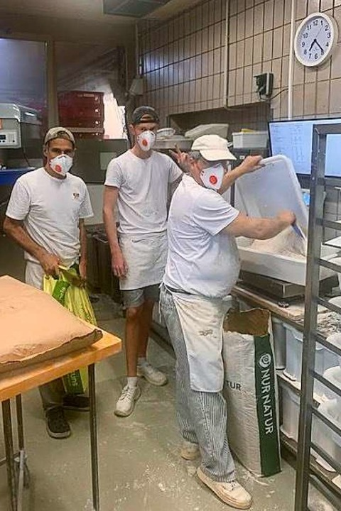 Bei der Bäckerei Pfeifle erledigen die... in der Backstube nun mit Schutzmaske.  | Foto: Pfeifle