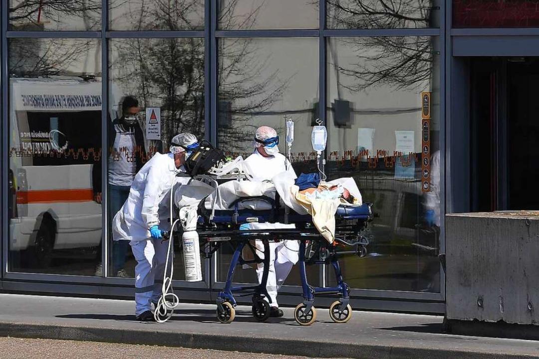 Im Stundentakt werden  Covid-19-Patien...itätsklinik in Straßburg eingeliefert.  | Foto: PATRICK HERTZOG