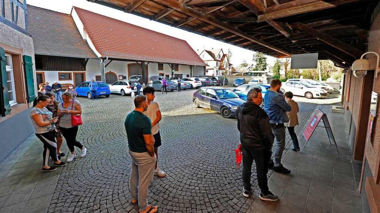 Mehl ist gefragt: Die Schlange zieht sich über den Hof der Rubin Mühle.  | Foto: Bettina Schaller