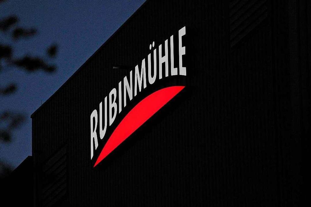 Die Firma wirbt mit neuer Leuchtreklame.  | Foto: Bettina Schaller