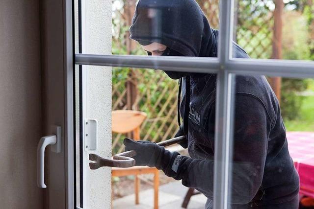 Unbekannter bricht in Schopfheim über Terrassentür in Wohnhaus ein