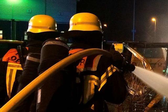 Übergreifen der Flammen vom Auto auf Wohnhaus verhindert