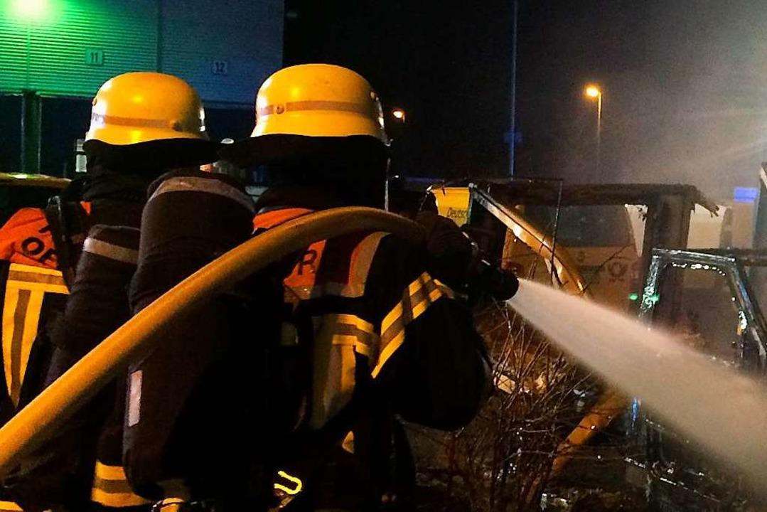 Nächtlicher Einsatz der Feuerwehr in W...randes auf ein Wohnhaus zu verhindern.  | Foto: Feuerwehr Offenburg