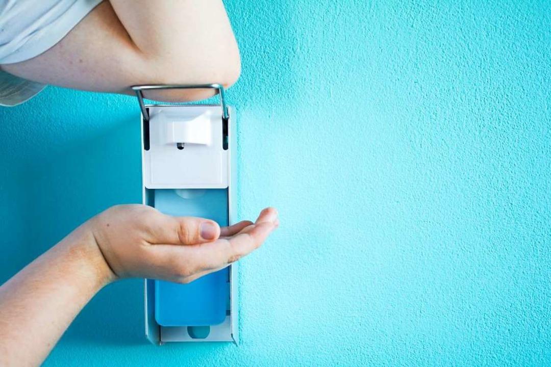 Viele desinfizieren ihre Hände, um sich vor dem Coronavirus zu schützen.  | Foto: Kunstzeug  (stock.adobe.com)