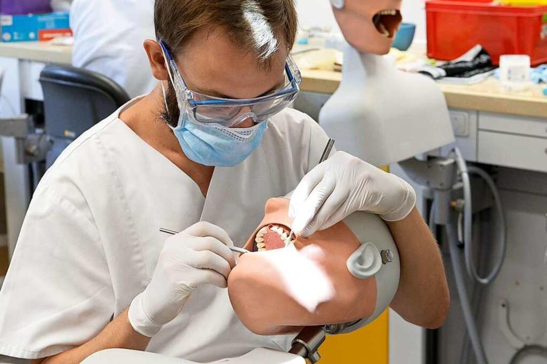 Die große Nähe zum Patienten ist in Ze...beit an einem sogenannten Phantomkopf.  | Foto: Ingo Schneider