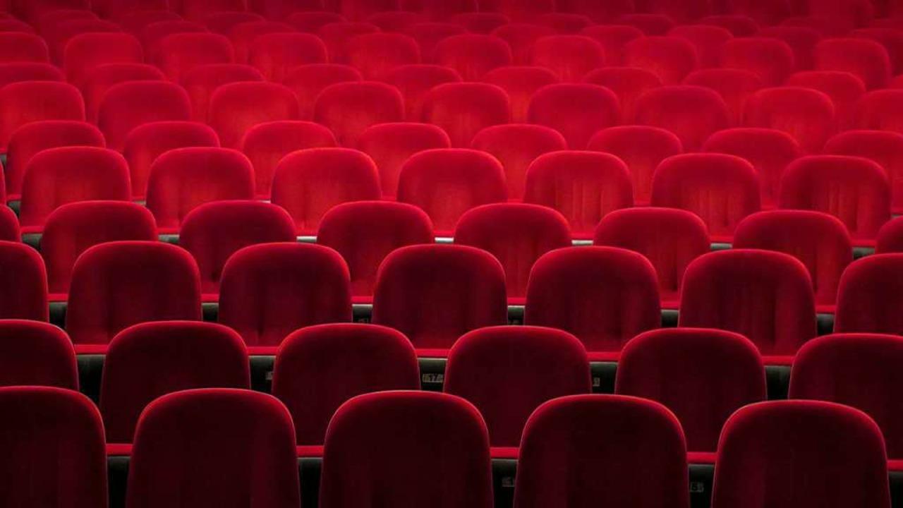 Ein leerer Kinosaal – wie lange noch?  | Foto: Denise Jans (Unsplash)