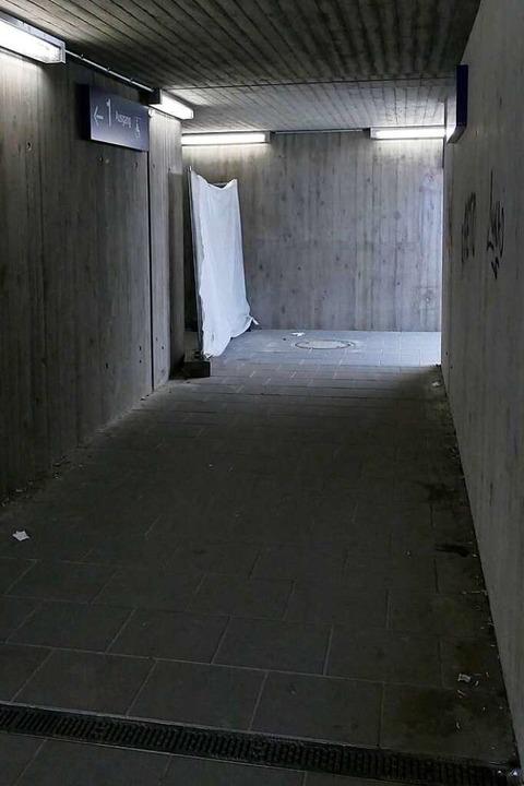 Wenig einladend, die Unterführung am B... Der Zugang zum Aufzug ist abgesperrt.  | Foto: Manfred Frietsch